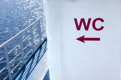 WC undertecknar onboard en ship royaltyfri foto