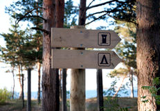 WC undertecknar in skogen Fotografering för Bildbyråer