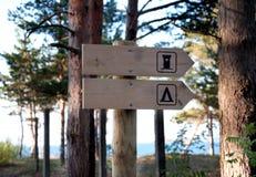WC unterzeichnen herein den Wald Stockbild