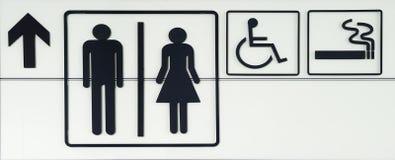 WC y etiquetas de plástico que fuman en aeropuerto Imagen de archivo