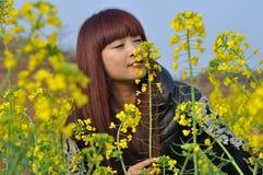 Wącha kwiaty Zdjęcia Stock