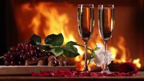 Wciąż życie dwa szkła iskrzasty wino i talerz owoc zbiory wideo