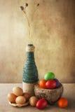 Wciąż żyć Wielkanocnych jajek kosza kolorowa waza Zdjęcie Royalty Free