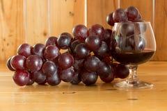 Wciąż życia czerwone wino i winogrona Obrazy Royalty Free