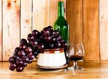 Wciąż życia czerwonego wina szkło i butelka Zdjęcia Royalty Free