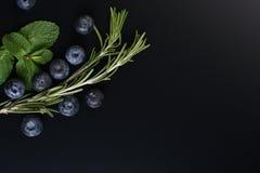 Wciąż życie świeże owoc i ziele na ciemnym tle obraz royalty free