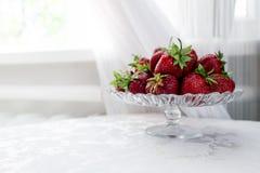Wciąż życie świeże truskawki na stole zdjęcia royalty free