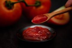 Wciąż życie świeży dojrzały pomidoru kumberland na drewnianym tle, Fotografia Stock