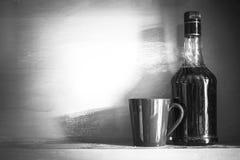 Wciąż życie butelka alkohol z filiżanką na odkładającym, rocznik fi Obrazy Royalty Free