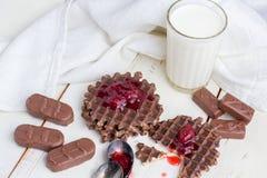 Wciąż życie - czekoladowi opłatki zdjęcia stock