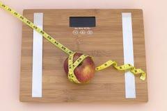Wciąż życie fotografia z jabłkiem, taśmy mesaure i skala, obrazy royalty free