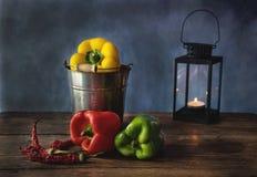 Wciąż życie jedzenie z czerwieni, żółtych i zielonych pieprzami, zdjęcie stock