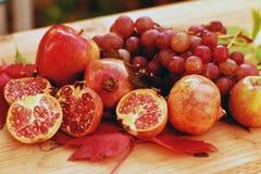 Wciąż życie jesieni owoc z jabłkami, winogronami i granatowem, Zdjęcie Stock