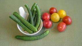 Wciąż życie mini warzywa na zielonym tle fotografia royalty free