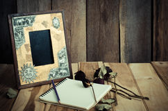Wciąż życie obrazka ramy, wazy, suszący różanego notatnika pojęcia części wspominki obrazy royalty free