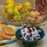 Wciąż życie od cukierków, ciastek i owoc, Obrazy Royalty Free