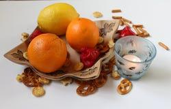 Wciąż życie - owoc układająca na ceramicznym talerzu z czerwony chili pieprzami, sól kijami i Halloweenową świeczką, Obrazy Stock