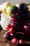 Wciąż życie owoc z Chińską bonkretą, kiwi, Czerwonym jabłkiem, winogronami i Cu, Zdjęcie Stock