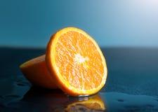 Wciąż życie plasterka Pomarańczowa owoc na ciemnym tle mandarynki slic Obrazy Stock