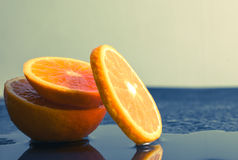 Wciąż życie plasterka Pomarańczowa owoc na ciemnym tle mandarynki slic Zdjęcie Stock