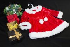 Wciąż życie, prezentów pudełka i Santa kostium na czarnym tle, obrazy stock