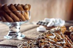 Wciąż życie przepisu oatmeal domowej roboty miodowy imbirowy ciastko, piruet staczający się opłatek i zbożowy kij na drewnianej s Zdjęcie Stock