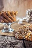 Wciąż życie przepisu oatmeal domowej roboty miodowy imbirowy ciastko, piruet staczający się opłatek i zbożowy kij na drewnianej s Zdjęcie Royalty Free