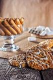 Wciąż życie przepisu oatmeal domowej roboty miodowy imbirowy ciastko, piruet staczający się opłatek i zbożowy kij na drewnianej s Zdjęcia Stock