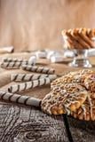 Wciąż życie przepisu oatmeal domowej roboty miodowy imbirowy ciastko, piruet staczający się opłatek i zbożowy kij na drewnianej s Fotografia Royalty Free