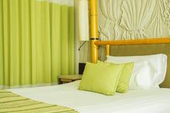 Wciąż życie pusty łóżko w hotelowej sypialni z miękkimi poduszkami Fotografia Stock