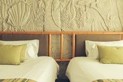 Wciąż życie pusty łóżko w hotelowej sypialni z miękkimi poduszkami Obrazy Stock