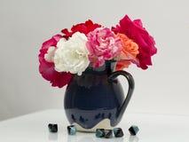 Wciąż życie skład z kolorowymi, pięknymi, delikatnymi różami w ceramicznej wazie z agatów kamieniami, Zdjęcia Stock