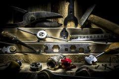 Wciąż życie ustawiający starzy narzędzia na drewnianym tle obraz stock