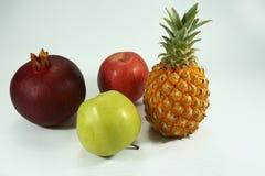 Wciąż życie z ananasem, jabłkami i granatowem, obraz stock