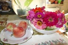 Wciąż życie z brzoskwiniami i kwiatami fotografia stock