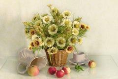 Wciąż życie z bukietem ogrodowi kwiaty, owoc i jagody, życie ciągle jesieni zdjęcie royalty free