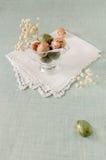 Wciąż życie z czekoladowymi Wielkanocnymi jajkami i kwiatami zdjęcia royalty free