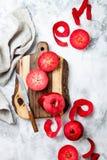 Wciąż życie z jabłkami na drewnianej desce nad bielu marmuru stołem, odgórny widok Świezi czerwoni jabłka Baya Marisa obrazy royalty free