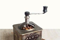 Wciąż życie z kawowymi fasolami i starym kawowym młynem na drewnianym tle Zdjęcie Stock