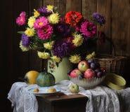 Wciąż życie z kwiatami, owoc i warzywo przy chałupą fotografia royalty free
