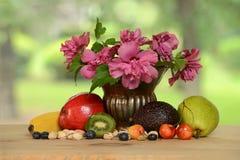 Wciąż życie z owoc i kwiatami Fotografia Royalty Free