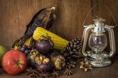 Wciąż życie z owoc i starą lampą zdjęcie royalty free
