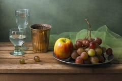 Wciąż życie z owoc i szkłami woda Zdjęcia Stock