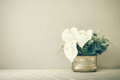 Wciąż życie z piękną wiązką kwiaty, rocznika koloru brzmienie zdjęcie stock