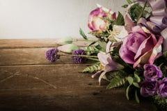 Wciąż życie z piękną wiązką kwiaty z pajęczyną na drewnie Zdjęcia Stock