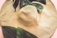 Wciąż życie z plażowym kapeluszem na różowym tle obrazy royalty free