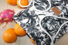 Wciąż życie z pomarańczami i torbą Zdjęcie Stock