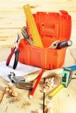 Wciąż życie z różnorodnymi pracującymi narzędziami na drewnianym stole Fotografia Stock
