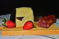 Wciąż życie z serem, loin i truskawkami, Obrazy Royalty Free