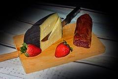 Wciąż życie z serem, loin i truskawkami, Zdjęcia Royalty Free